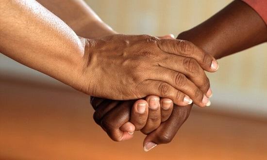Collyfer personas tomadas de las manos
